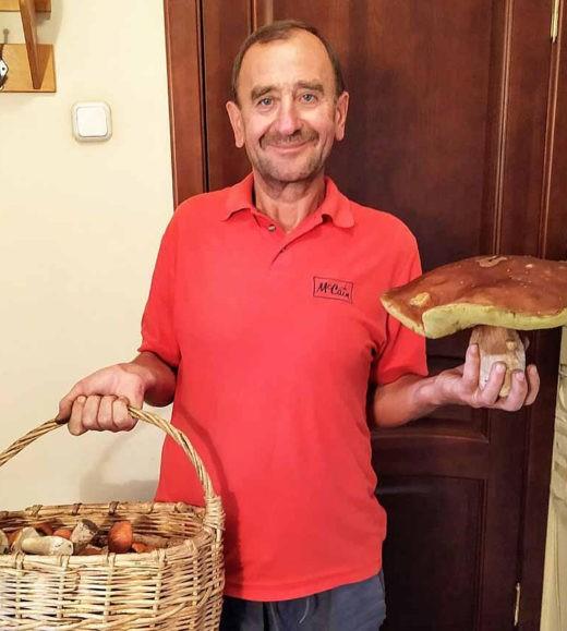 Заядлый грибник из Щучина Иван Лыщик нашел в лесу огромный боровик. Его вес – один килограмм и 200 граммов