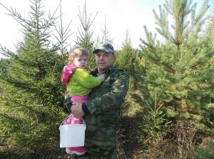 Владимир на тихую охоту вышел с внучкой. Настя помогает деду, складывает в ведерко добычу