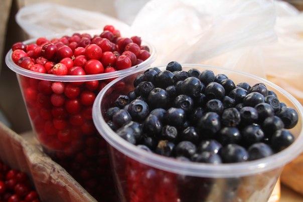 Жители берут ягоды банками, а некоторые даже и ведрами. Цены варьируются.
