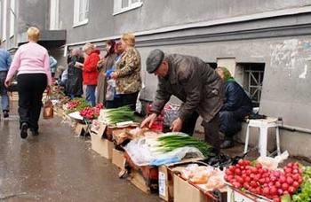 В Курске есть несколько мест, где проходит несанкционированная торговля, например, Привокзальная площадь, улица Никитская, улица 50 лет Октября, прилегающие территории к Северному и Сеймскому рынку.