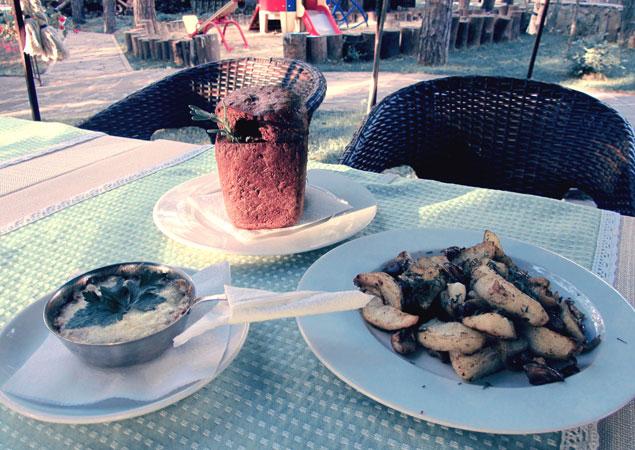 Из свежих шампиньонов и замороженных белых грибов можно приготовить жульен, картошку с грибами и крем-суп.  Автор: Андрей СЕРГЕЕВ