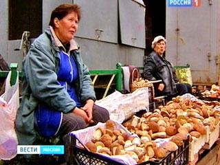 Грибные развалы возле Измайловского рынка появились неделю назад. С началом сезона обочины дороги оккупировали пенсионерки со своим недешёвым товаром