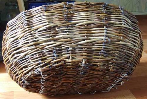 Днище корзины можно защитить с помощью алюминиевой проволоки