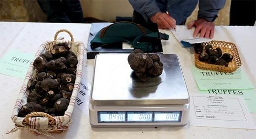 Французская традиция есть чёрные трюфели в ночь на 24 декабря обходится потребителям всё дороже: за 12 лет цены на этот продукт выросли в 10 раз – до €2 тыс. за килограмм, или около €100 за штуку