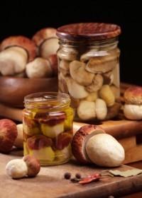 Для маринования отобрать самые мелкие белые грибы, очистить их, промыть, откинуть на решето и дать стечь воде. Между тем приготовить круто соленый кипяток в таком количестве, чтобы он мог покрыть грибы.