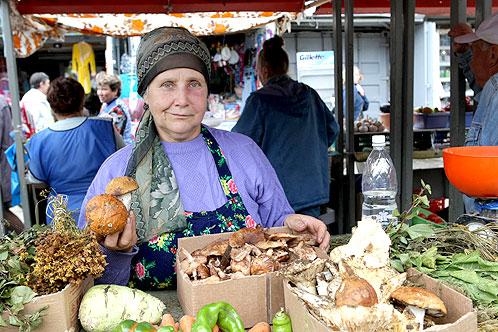 Деревенские жители привозят на рынок настоящие лесные грибы - от покупателей отбоя нет