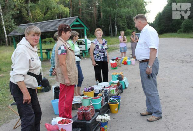 К покупателям у продавцов лесных даров индивидуальный подход Фото: Елена ЗУЕВА